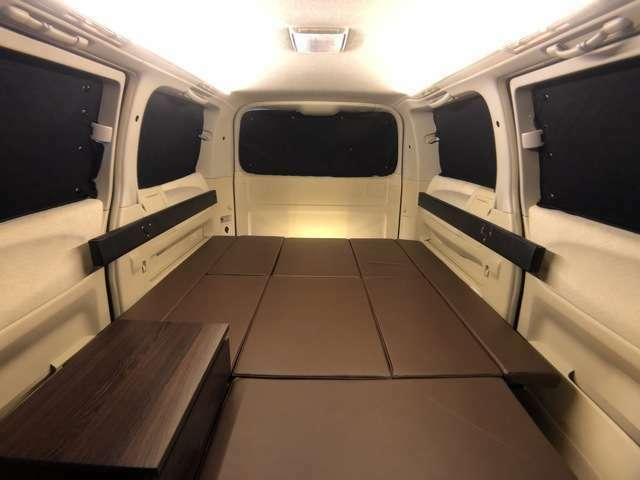 カーテンは遮光レベルの高いサンシェードを使用。全面遮光仕様ですので、夜間にヘッドライトの光がさして目が覚めたり、車内が見える心配はありません。アウトドア時の着替えスペースとしても活躍します。
