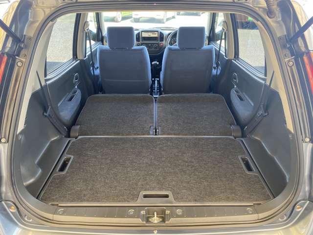 後部座席を前に倒すとラゲッジスペースがさらに広くなります。