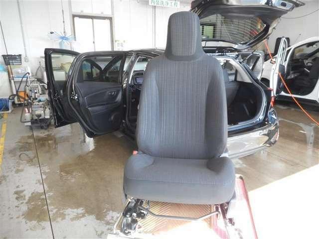 この車輌の清掃風景です☆シートを取り外して徹底洗浄!細かなほこりやしみついた汗など、前使用者の痕跡を除去します。