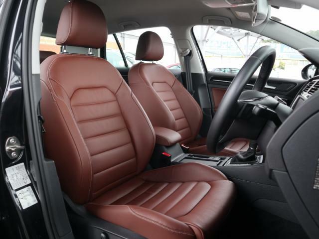 前席のみシートヒーターが装備されたレザーシートはホールド性に優れ長時間の運転でも疲れにくい設計です。また電動シートも装備されます。