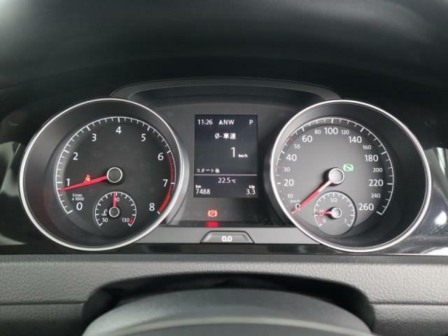 視認性の良いメーターは中央の液晶ディスプレイで燃費などの車両情報を表示可能です。