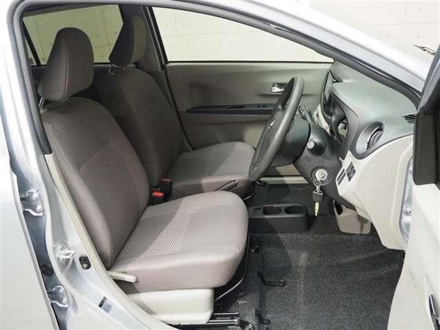 フロントシートです。シート、ハンドルは前後・上下に調節可能です。ご自身に合ったポジションに合わせやすいです!