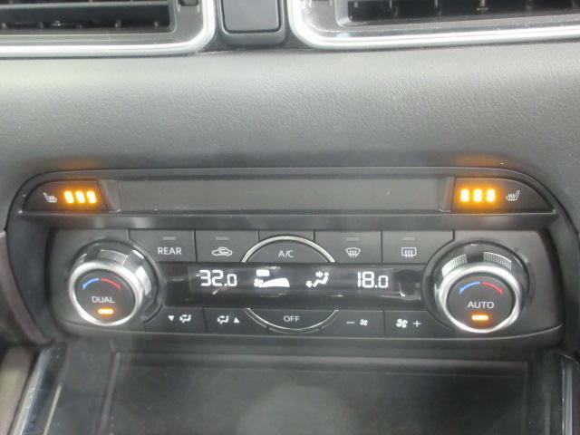 余計な操作の手間が無いフルオートエアコン。視線の移動や手を動かす必要がないということは、安全装備のひとつとも言えるでしょう。フロント・セカンドシートにはシートヒーターも装備しています。