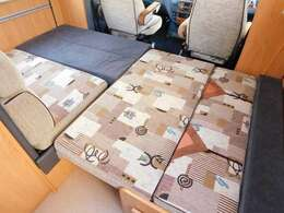 ダイネット部分ベッド展開時サイズ 幅217cm奥行き116cm