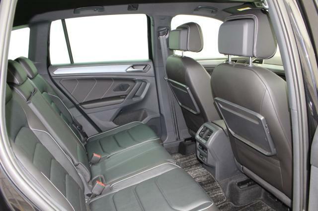 リヤシートはゆったりと大人3名がご乗車いただけます。