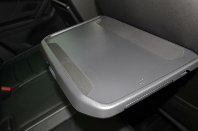 リヤシートにはテーブルとドリンクホルダーが装備されています。