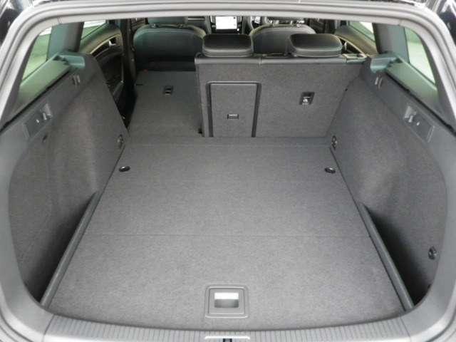 フラットな荷室は荷物の載せ下ろしもラクラク!後席を倒せばより大きな荷物も載せられます!