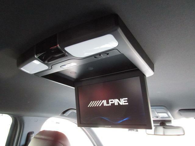 後部座席の方も退屈せずにドライブを楽しむことが出来るリアシートモニターを装備しております!