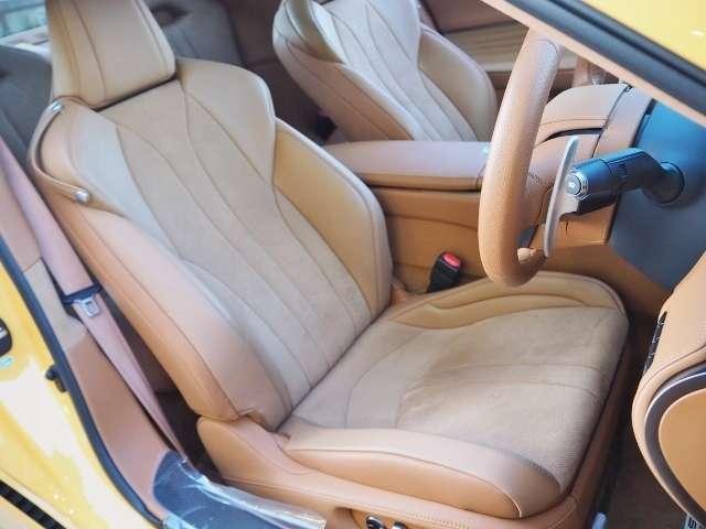 ドライビングを支える性能を追求したフロントシートです。