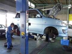 自社指定整備工場にて、入念な納車整備を行っております。