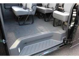 スーパーロング・10人乗り!人も荷物も余裕の室内!グランドキャビンをお選び頂くよりもコストダウンが可能です!