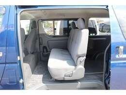 5人乗りの場合はセカンドシートにシートレールを設置します!8人乗りはステルスオリジナルベンチシートを3列目に配置!7人乗りはキャプテンシート+ベンチシートを設置します!