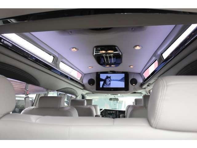 イルミネーションで豪華さUP!運転席上部のスイッチでONOFF自在!レザーやウッドをふんだんに使った室内装飾はまるでリビングにいるような気分になります