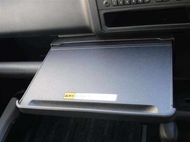 引くとテーブルが出てくるので、車両の中でパソコンなどの操作がしやすいですよ。