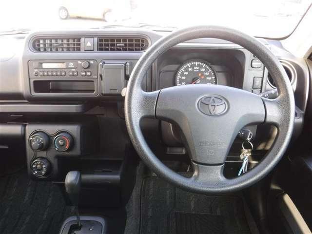 『運転席・インパネまわり』ハンドルやシートなども隅々までプロによる除菌クリーニング済み☆キレイな車内でドライブがより一層快適にお楽しみいただけると思います!実際にご来店時にご確認ください♪