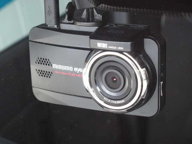 ドライブレコーダー(社外品)装着車です。高性能カメラを内蔵。 ☆後方向けドライブレコーダーの取付けも承っております。詳細につきましては、当店スタッフへお気軽にご相談ください。