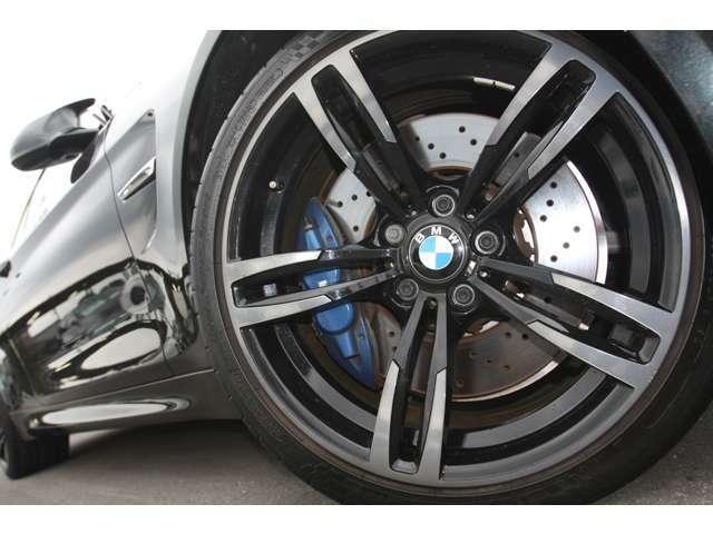【オプション19インチアルミ】奥に見える青い4ポッドブレーキキャリパーと大径ドリルドブレーキディスクローターが高性能モデルの証です。