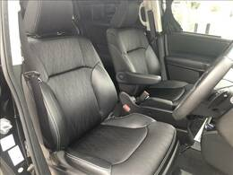 【ハーフレザーシート】を装備しており、車内の高級感がアップしております☆