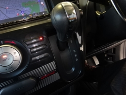 変速ショックが滑らかなインダッシュスタイルの6速オートマチックを搭載しております。勾配時や高速コーナーはステアリングのパドルシフトでマニュアル感覚のシフト操作をする事が出来ます。