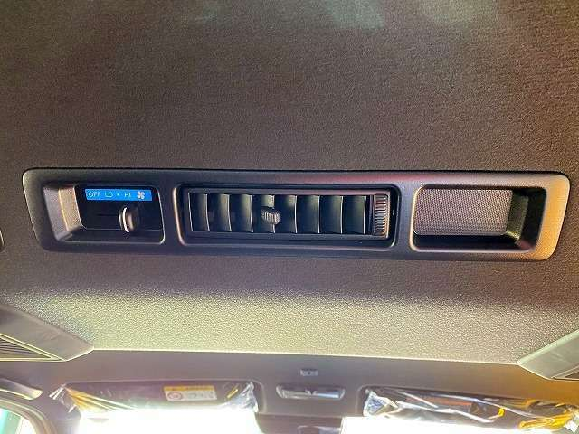 ダブルエアコン搭載で車内を素早く適温に出来ます!車内空間が広いのでダブルエアコンが無いと後部座席は辛いです。
