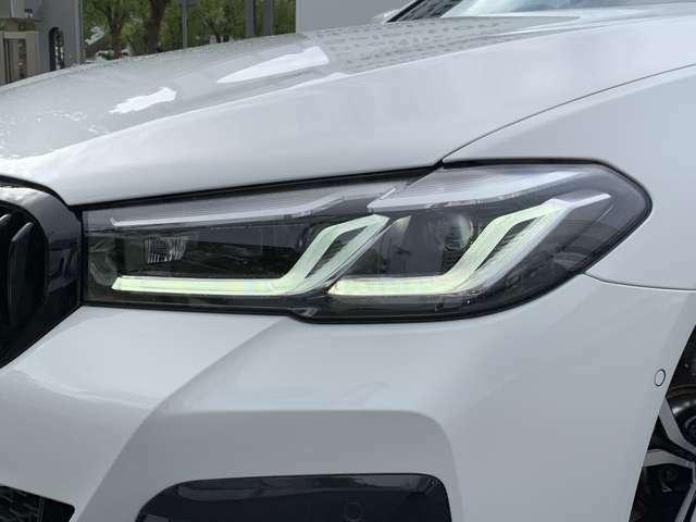 【LEDヘッドライト】先進のLEDテクノロジーを採用。放射される白色光の周波特性は太陽光に近く、バイキセノン・ヘッドライトを上回るコントラストで更に明るく輝きます!