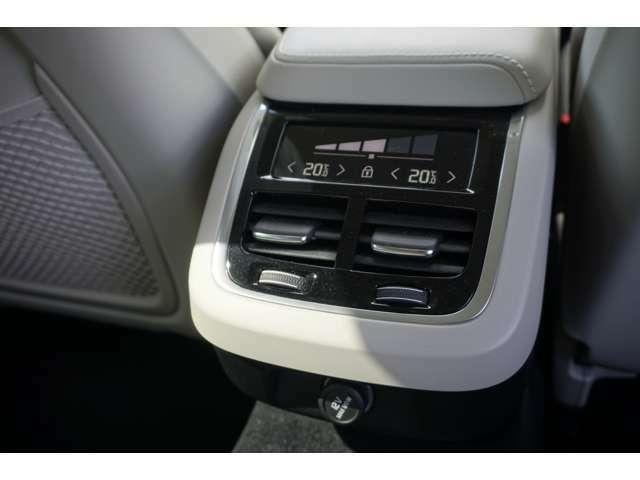 リアシート専用のエアコンスイッチもあり、4席で温度調整が可能となっております。