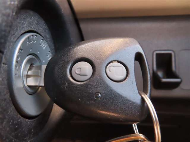 ワイヤレスキー(キーレス)が付いています。 カギに付いているボタンで、ドアの施錠・解錠が行えます。