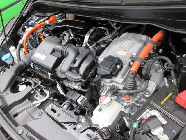 エンジンルームかなり綺麗です♪低走行なフィットeHEVで燃費もいいです♪お近くならぜひ見に来られてください♪お待ちしております♪