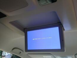 天井には、【純正フリップダウンモニター】も装備されております♪お子様など、ロングドライブでも退屈せず楽しくお過ごしいただけます。