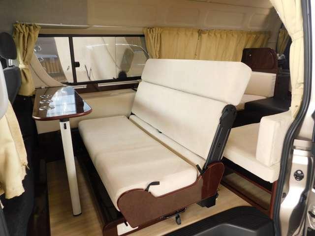 セカンドシートは前向き・後ろ向き・ベッドへと展開が可能 3点式シートベルト 袖テーブルも前後にセットが可能です。
