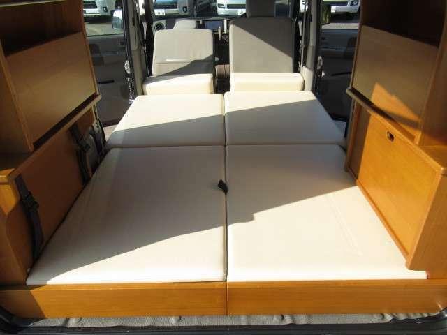 ベット展開しますと2名様分の就寝スペースです!サイズは約180×105となっております!