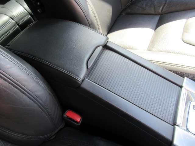 コンソールボックスが前席の座席間にあります。引っ掛けキズなど大きく目立つキズはありません。