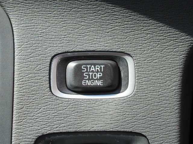 プッシュスタートスイッチです。最近ではスマートキーと言えばこのボタンですね。鞄から取り出さなくても走り出すことができます。