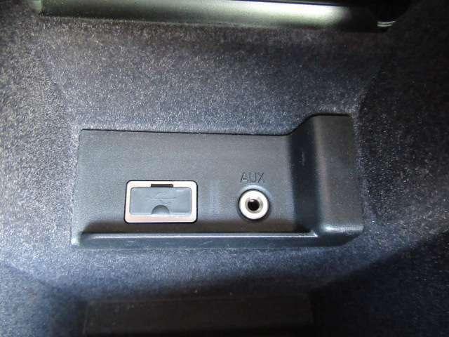 AUX接続、USB接続可能です。