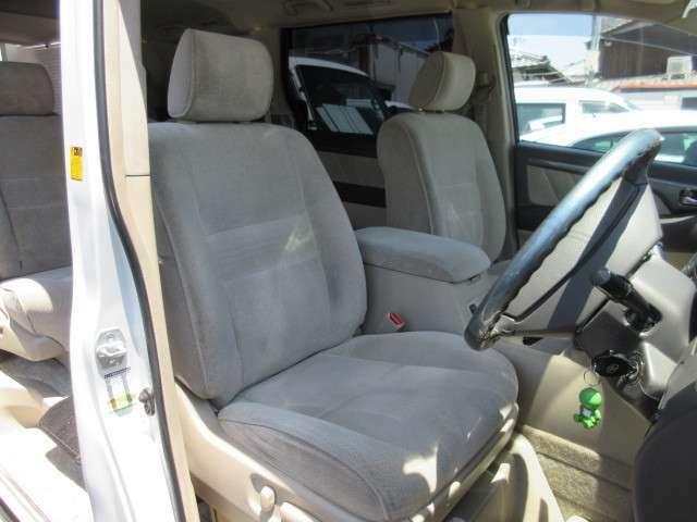 運転席、助手席のシートの破れへたり等ありません。