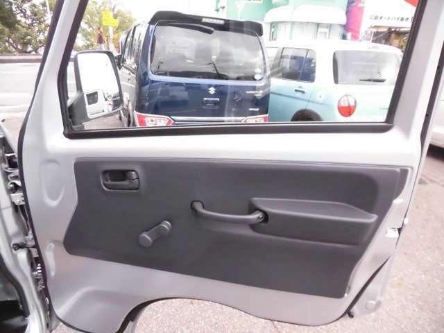 大きな赤い看板が目印!販売を始め車検・修理・板金何でもできます!