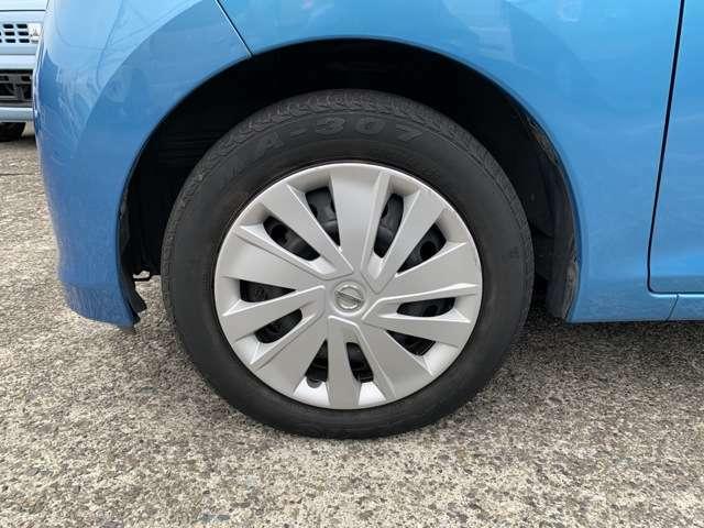 ノーマルタイヤを履いており、タイヤサイズは155/65R14、タイヤ山はおおよそ各3分山程度です。 スペアタイヤは新車時からもともとついていないタイプですが、パンク修理キットも付属しておりませんでした