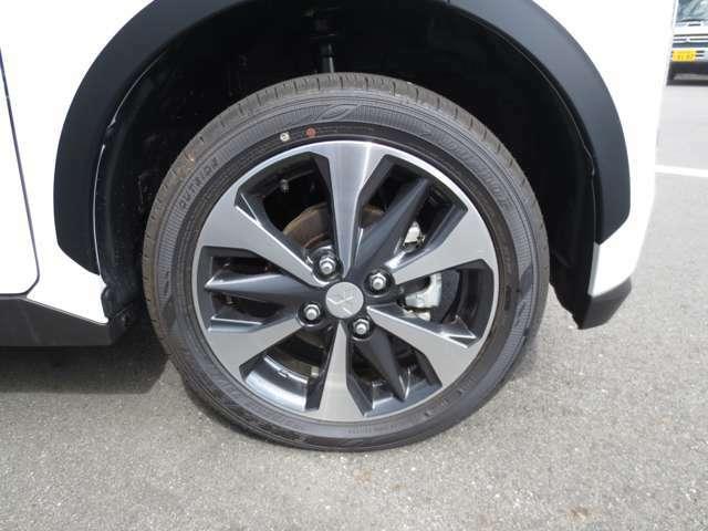 純正15インチアルミホイール付き。タイヤサイズは165/55R15です。