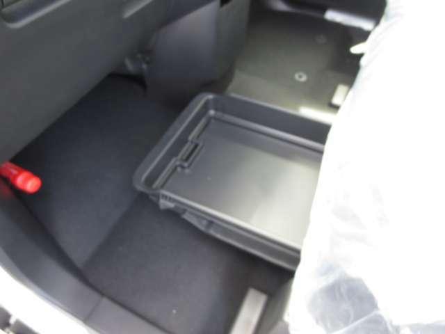 助手席側シート下側にアンダートレイ付いています。