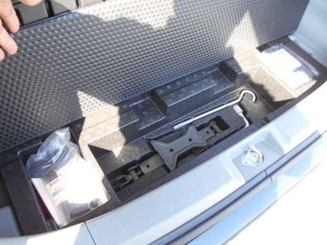 スペアタイヤはありませんが、パンク修理キットはあります。実際にこの修理キットを使うのは大変ですので、JAFの加入をお勧めします。
