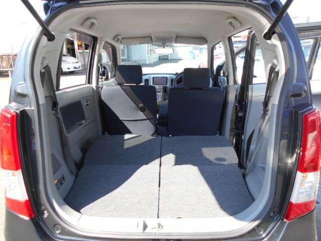 後席シートを倒したら広く使えます。シートは簡単にアレンジできます。