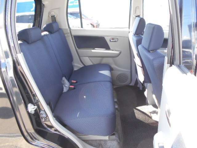 後部座席はこの様な感じです。普段座らない座席へも座ってください。