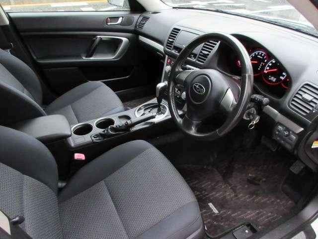 運転席は窮屈感も無く、足元広々♪シートはある程度の硬さもあり、長時間運転しても疲れづらくなっています♪ハンドルは本革巻きステアリングになっています♪