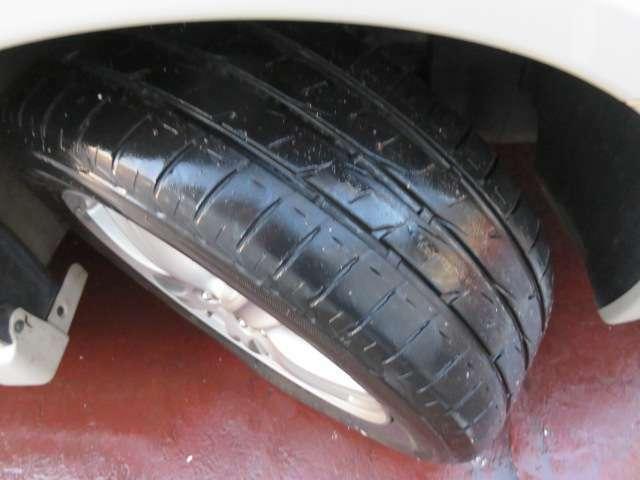 しっかりと溝の残ったタイヤ♪車を購入後すぐにタイヤを交換しなくていいのがうれしいですね♪