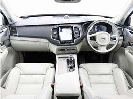 優雅さや洗練性を損なわないまま高い実用性を実現し美しいスカンジナビアンデザインで包み込んだXC90。B5 AWDでは新開発の48Vハイブリッドシステムを追加、かつてない上質感と燃費性能を実現しました。