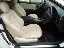 運転席サポート部分に少し擦れがありますが、きれいなアイボリー柄のシートです。