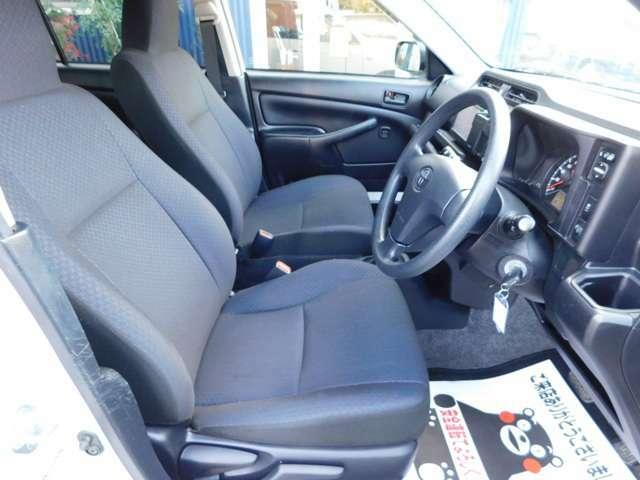 運転席はシートリフター付き、好みの高さに調整できます。
