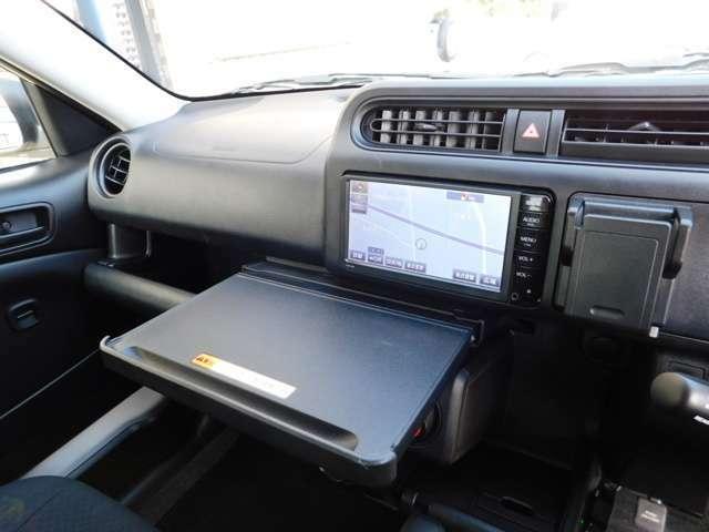 お車停車時に使用出来る、スライド式のテーブル。