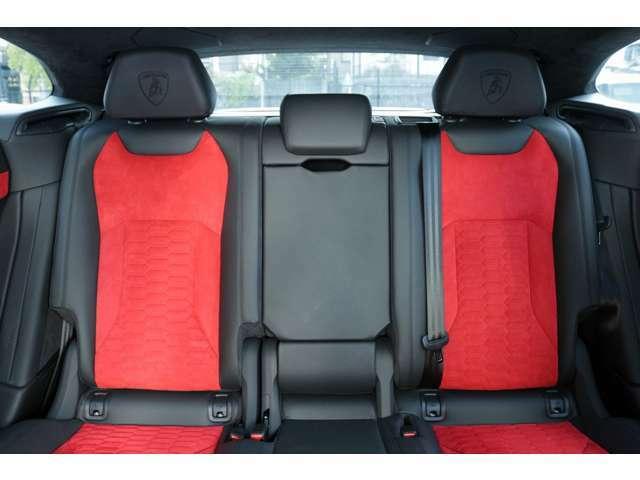 リアシートもフロントシート同様ファイティングブルがヘッドレストに刺繍されております。またシートヒーターも装備しておりますので快適にドライブをお楽しい頂けます。