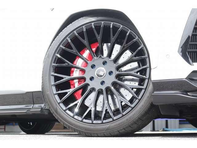 ホイールはFORGIATO FROWになります!タイヤサイズはFr:285/35ZR23 Rr:325/30ZR23となります!キャリパーはレッドで削り出しになっております!